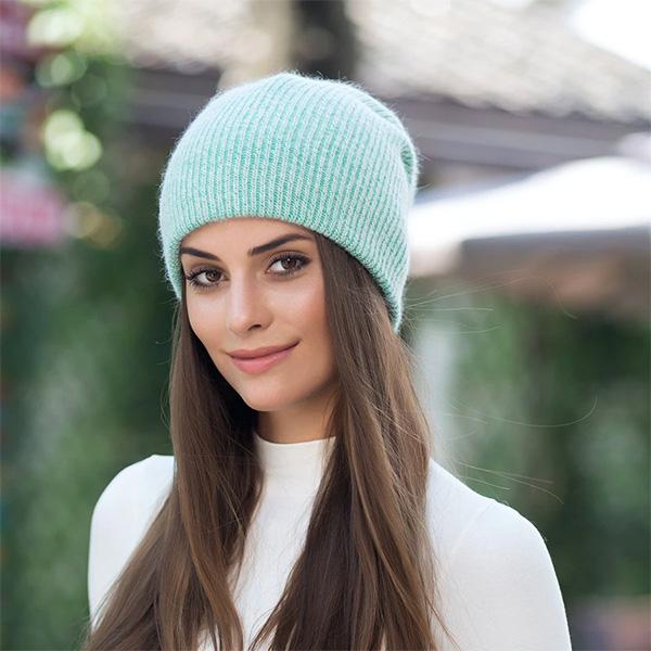 Фото: вязаные шапки мятного цвета