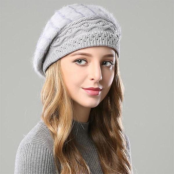 Фото: светло-серые вязаные шапки